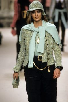 Chanel Fall 1994 Ready-to-Wear Fashion Show Details: See detail photos for Chanel Fall 1994 Ready-to-Wear collection. Look 98 90s Fashion, Fashion Show, Vintage Fashion, Classic Fashion, High Fashion, Chanel Jacket Trims, Chanel Runway, Chanel Chanel, Chanel Bags