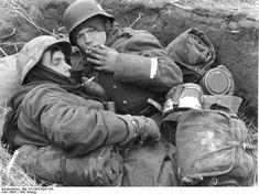 Bundesarchiv Bild 101I-004-3626-16A, Russland, Soldaten in Schützenloch.jpg