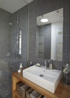 Small optimized bathroom: favorite inspiration - Marine Le Lagadec - - Petite salle de bain optimisée : inspiration coup de coeur Gray and wood for a soft atmosphere in this bathroom - 30 small bathrooms that we love - CôtéMaison. Wood Tile Shower, Bath Tiles, Room Tiles, Wood Bathroom, Bathroom Renos, Bathroom Interior, Small Bathroom, Kitchen Tiles, White Bathroom