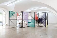 Eva Berendes / Separador de espacios / Estructura metalica lacada en negro con regillas de colores y formas geométricas