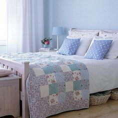 Quilt, blue walls, curtains...