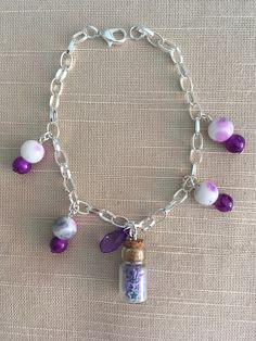 Joli bracelet avec breloques en perles et fiole en verre : Bracelet par mes-petites-creas06