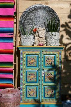 Great Interior Design Furniture traditional Mexican colors The post Interior Design Furniture traditional Mexican colors… appeared first on Home Decor . Mexican Colors, Mexican Style, Mexican Furniture, Funky Furniture, Indian Furniture, Bohemian Interior, Bohemian Decor, Passion Deco, Deco Boheme