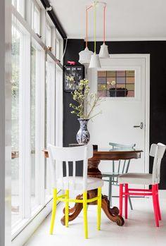 Peindre les pieds de chaise en fluo ? Une idée DIY qui réveille la déco de salle à manger