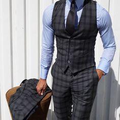 Karierter dunkelgrauer Dreiteiler, perfekt mit hellblauem Oxfordhemd und antrazithfarbener Krawatte kombiniert.