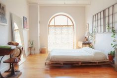 """Pallet """"box spring"""". Pallet Bedframe, Diy Pallet Bed, Wooden Pallet Furniture, Wooden Pallets, Diy Furniture, Recycled Pallets, Bed Pallets, Pallet Room, Palette Furniture"""