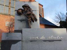 Er zijn heel wat bezienswaardigheden in Herenthout bv het standbeeld van peer stoet, vredessoldaat, en nog veel mee belangrijke gebouwen je kan naar éé van de vele cafés gaan gezellig gaan minigolven of een boswandeling maken ik één van onze 3 mooie bossen