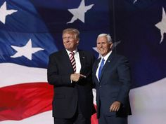 Republican U.S. presidential nominee Donald Trump (L) greets vice presidential nominee Mike Pence after Pence spoke at the Republican National Convention in Cleveland, Ohio, U.S. July 20, 2016. (Foto: Jonathan Ernst/Reuters)
