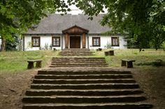Dwór z Pieczysk (przeniesiony jako eksponat do Muzeum Wsi Radomskiej) pochodzi z 1780 roku. W dworku urządzono wystawę XIX-wiecznych wnętrz mieszkalnych. Zaprezentowano na niej meble, zastawę stołową, obrazy oraz dywany sprowadzane z dalekiego Afganistanu i Turkiestanu. This Old House, Old Houses, Manor Houses, Small Houses, Cabins And Cottages, Cottage Homes, Exterior Design, Interior Architecture, Mansions