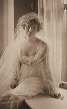 Untitled (bridal Photograph by Martin Schweig, Image ©️️ Harvard Art Museums. Look Gatsby, Old Wedding Photos, Wedding Pictures, Retro, Vintage Bridal, Vintage Weddings, Bridal Portraits, Vintage Photographs, Wedding Bride