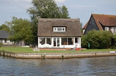 Sleeps 7. A stunning traditional thatched cottage on the banks of the River Bure in Horning, large garden with 120ft of river frontage. More Details: http://www.riverside-rentals.co.uk/NorfolkHolidayCottages/cresta-cottage