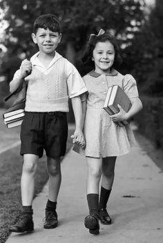 Penguin Books, 1940s Fashion, Boy Fashion, Boy Walking, Vintage School, Look Vintage, The Good Old Days, Vintage Pictures, Vintage Photography
