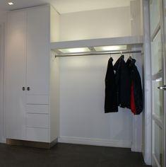 Maatwerkkasten - Petersen Interieurbouw. mooie strakke garderobe Decor Interior Design, Interior Decorating, Apartment Design, Home Renovation, Mudroom, Room Inspiration, New Homes, Cabinet, Dressing Rooms