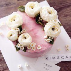 "3,028 lượt thích, 32 bình luận - Butter cream flower cake&class (@kimncake) trên Instagram: ""Happy Valentine's Day with KIM&CAKE…"""