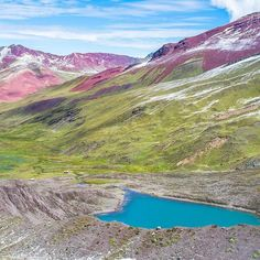 Photo by @southamerica Just over the Palomani Pass is a spectacular view of Laguna Ausangatecocha a glacial lake at the base of the south face of the Apu that overlooks the red sandstone formations of the Nevado del Inca. Look at those colors! @andeanlodges  Veja o vídeo da nossa amiga @vamospraonde  #southamerica | #onlyinsouthamerica Capturado por southamerica