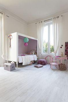 Das Modell Sunny White eignet sich ideal für den Wohnbereich und das Kinderzimmer. Durch die helle Holzoptik wirkt das Zimmer freundlich und einladend. Den selbstklebenden Vinylboden der Marke Gerflor finden Sie unter http://www.room-up.de/vinyl-boden-selbstklebend/gerflor/senso-adjust/10155/sunny-white-gerflor-senso-adjust-gerflor-vinyl-diele?c=1820