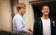 Bradley and Tom Hopper on the set of Merlin. Tv Actors, Actors & Actresses, Tom Hopper, Merlin Cast, Bbc Tv Series, Bradley James, Teen Wolf, Pretty People, Lonely