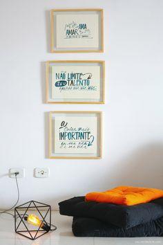 05-decoracao-futons-coloridos-quadros-tipografia