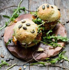 Vegetarischer Burger mit Süßkartoffel-Couscous-Pattie und Kürbiskern-Brötchen | schmecktwohl.