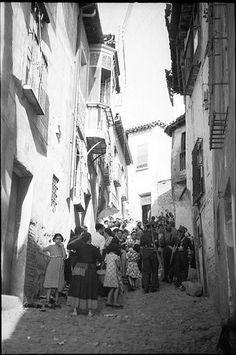 Spain - 1937. - GC - Población civil agrupada en la Cuesta de San Justo de Toledo.