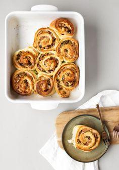 Cette recette est née à la suite d'une confession de notre directeur artistique. Guillaume nous a fait part de son plus grand rêve: déguster une brioche salée, garnie de jambon et de fromage. Aussitôt dit, aussitôt fait! On a créé sa brioche de rêve! Ce fut un réel succès au bureau et ce le sera … Suite Food Porn, Multigrain, Breakfast Recipes, Sausage, Muffin, Menu, Cooking Recipes, Eggs, Favorite Recipes