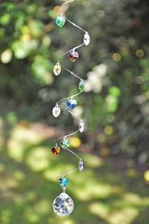 Chakra Crystals Suncatcher: Shines in Different Colors Wire Crafts, Bead Crafts, Carillons Diy, Crystal Mobile, Diy Wind Chimes, Hanging Crystals, Wind Spinners, Chakra Crystals, Garden Crafts