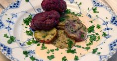 Saftiga biffar på kalvfärs och rödbetor, serveras med ugnstekt potatis och gräddig sås.