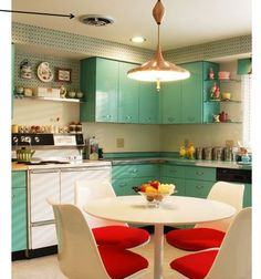 Retro kitchen- I could live there.