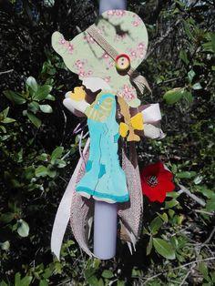 Το κοριτσάκι με το vintage στυλ και τα μεγάλα καπέλα είναι φτιαγμένο από ξύλο κομμένο και σκαλισμένο στο χέρι. Sarah Kay, Christmas Ornaments, Holiday Decor, Vintage, Home Decor, Light Bulb Vase, Decoration Home, Room Decor, Christmas Jewelry