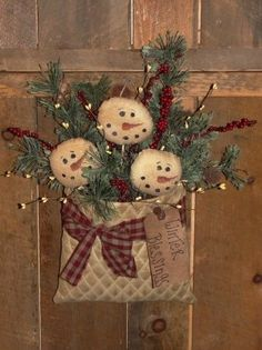 35 Best Rustic Christmas Craft Decor Ideas For Your Home - Smart Women Life Primitive Christmas, Christmas Snowman, Rustic Christmas, Winter Christmas, Vintage Christmas, Christmas Time, Christmas Wreaths, Christmas Ornaments, Father Christmas