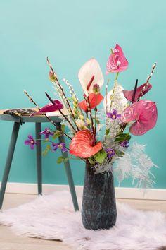 Zo maak je zelf een kleurrijk lente-arrangement met anthuriums. Table Decorations, Spring, Dutch, Furniture, Lifestyle, Home Decor, Instagram, Decoration Home, Dutch Language