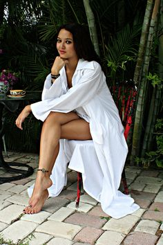 The perfect summer robe. Pernas Sexy, Surfer Girl Style, Sexy Legs And Heels, Bridal Lingerie, Black Girl Fashion, Celebrity Feet, Beautiful Legs, European Fashion, Girls