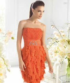 Vestido corto en color naranja cítrico para damas de boda - Foto La Sposa