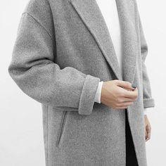 Nur ein grauer Mantel mit passendem Pullover darunter. Hier entdecken und shoppen: https://sturbock.me/6B6