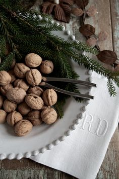 A rustic, au naturel Christmas: one that's decorated using only found natural objects and fresh greens along with some ordinary vases, baskets, and containers will gift your family with a warm, cozy Holiday season. Woodland Christmas, Christmas Mood, Noel Christmas, Christmas Design, Country Christmas, All Things Christmas, Natal Natural, Navidad Natural, Natural Christmas