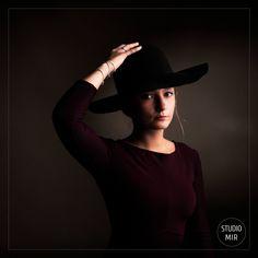 Pour votre shooting en studio près de l'Essone, quelques accessoires sont toujours les bienvenus : des fleurs, un chapeau, des bijoux, un objet symbolique… pour des photos uniques et à votre image ! Photo Portrait, Shooting Photo, Chic, Cowboy Hats, Studio, Photos, Fashion, Quirky Gifts, Gift Ideas
