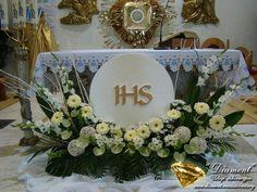 Selecting The Flower Arrangement For Church Weddings – Bridezilla Flowers Altar Flowers, Church Flower Arrangements, Church Flowers, Beautiful Flower Arrangements, Funeral Flowers, Floral Arrangements, Church Altar Decorations, Flower Decorations, Flores Do Altar