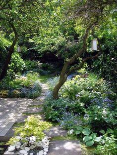Een onoverzichtelijke tuin vind ik het mooist. Een tuin met zithoekjes waar je in weg kunt kruipen en een beetje verstopt kunt relaxen... ...