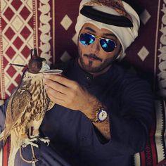 Saudi man and his falcon Muslim Men, Muslim Couples, Arab Fashion, Boy Fashion, Fasion, Mens Fashion, Saudi Men, Arab Swag, Handsome Arab Men