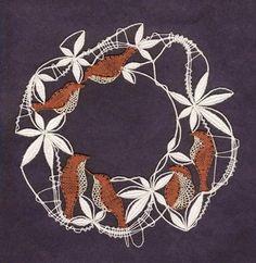 Lenka Máslová Špetlová - textilní výtvarnice, o svém řemesle vypráví: Paličkování je velmi stará a krásná technika, kterou jsem si zamilovala a je pro mne nejen prací, ale i koníčkem. Paličkuji jak klasické motivy - obrázky (hlavičky, madony, betlémy květiny, architekturu, velikonoční motivy...) a dečky, ale také moderní krajku jako šperky (náhrdelníky, brože v kombinaci s drahými kameny...), bytové doplňky (moderní obrazy - i plastické), šály a límce. Návrhy si kreslím sama a také je (s vyj... Lace Art, Bobbin Lace Patterns, Lace Jewelry, Needle Lace, Lace Making, Lace Detail, Projects To Try, Butterfly, Birds