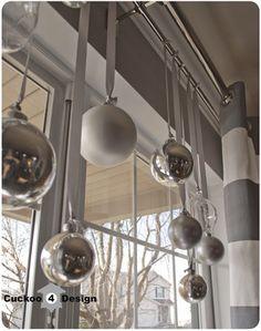 カーテンレールに、長いリボンをつけたオーナメントを吊るすだけ。 リボンの長さを変えたり、オーナメントの大きさや色を変えて、華やかな窓辺にしましょう☆ 外からも見えて素敵!