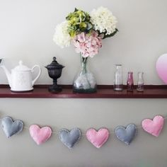 DIY Puffy Heart Bunting You will need: -A few pieces of felt in different colours R . Paper Heart Garland, Felt Garland, Diy Garland, Bunting Garland, Party Bunting, Buntings, Felt Bunting, Make Bunting, Fabric Bunting