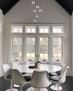 This lovely set of tulip chairs help to create a beautiful monochrome interior. Kitchen Chairs, Dining Room Chairs, Side Chairs, Monochrome Interior, Contemporary Interior, Interior Design, Retro Furniture, Furniture Design, Knoll Chairs