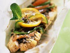 Seebarsch mit Gemüse in Papier gegart ist ein Rezept mit frischen Zutaten aus der Kategorie Meerwasserfisch. Probieren Sie dieses und weitere Rezepte von EAT SMARTER!