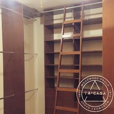 Closet vestidor de 3 niveles con escalera corrediza integrada. El correcto uso del espacio vuelve amplio lo que a primera vista parece pequeño. #tricasa #woodworkgroup #excelenciaencarpinteria #tumejoropcion