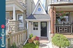 Micro-case: le case più piccole del mondo.    Nascosta in mezzo ai suoi vicini di dimensioni normali, questa casa non è la più piccola del mondo ma è sicuramente l'abitazione più piccola di Toronto. The Little House, eretta nel 1912 dal costruttore Arthur Weeden, che l'ha abitata per più di vent'anni, oggi è una delle attrazioni della città canadese e molte celebrities vorrebbero averla.