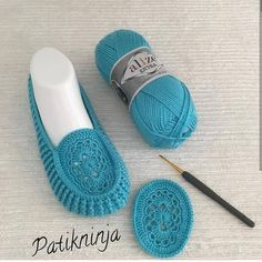 How to Crochet Shoes - Free Slip-Ons Pattern + Tutorial Us Crochet Sandals, Crochet Boots, Crochet Clothes, Crochet Baby, Knit Crochet, Crochet Crafts, Crochet Projects, Diy Crafts, Baby Knitting Patterns