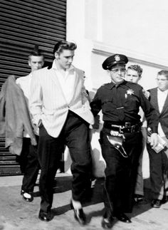 Rock and roll singer Elvis Presley leaving the Oakland Auditorium Arena phalanxed by security and police on June 1956 in Oakland, California. King Elvis Presley, Elvis And Priscilla, Elvis Presley Photos, Priscilla Presley, Lisa Marie Presley, Rock And Roll, Elvis Quotes, Young Elvis, Ann Margret