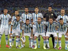 Este es el equipo nacional de fútbol de Argentina. Todos los jugadores son buenos. El equipo practica mucho.