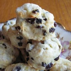 Mini scones with currants and lemon zest: perfect for a tea party, brunch, or as a snack.